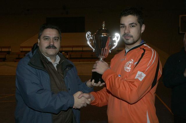 Luciano entregando el trofeo a Johnny
