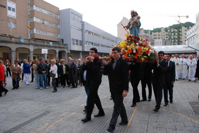 Alumnos recién confirmados y graduados en bachillerato portando a la Virgen