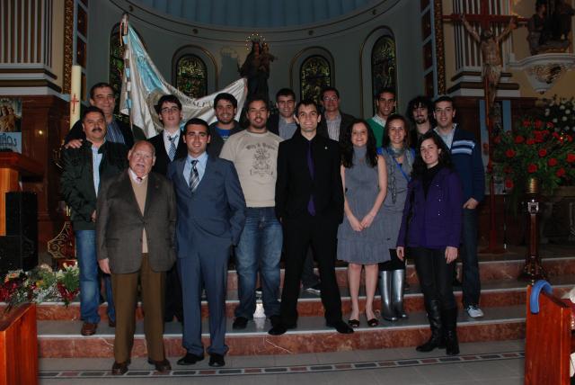 Varias generaciones de antiguos alumnos en la iglesia.