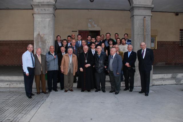 Antiguos Alumnos de varias generaciones con el Arzobispo de Santiago, Don Julián Barrio
