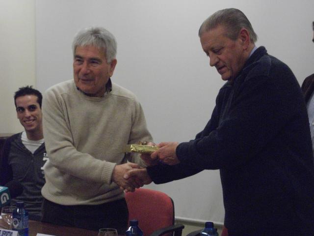 Dagoberto recibiendo una placa de manos de Pepe Guillín