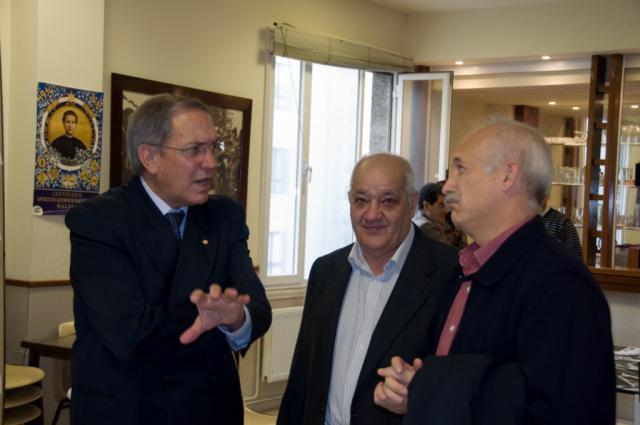 Amena charla entre Pacheco y el secretario Fernando Aradas en presencia de un socio