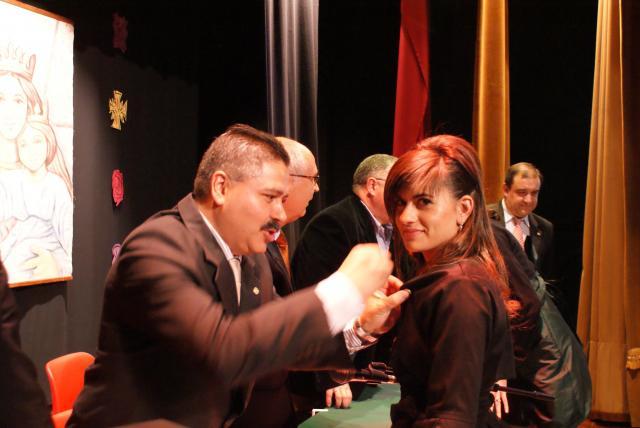El presidente de la Asociación imponiendo nuestro emblema a una alumna.