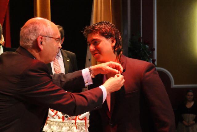 El director del centro imponiendo otra de las insignias.