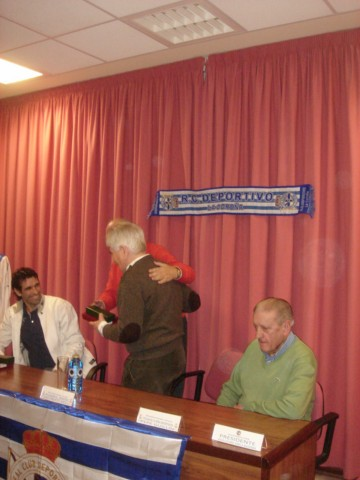 José Corbal hizo entrega de un obsequio a Dagoberto Moll