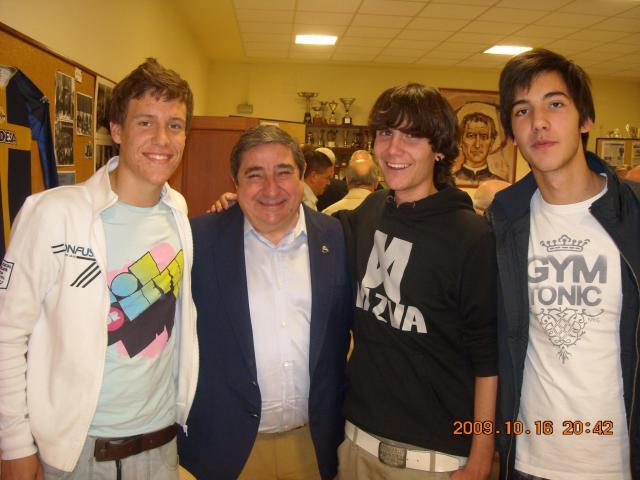 El presidente del Deportivo posando con unos miembros de la Peña