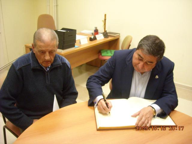 Pepe Guillín junto al Presidente del Deportivo firmando en el libro de honor