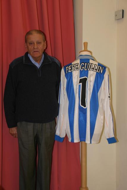 Pepe posando junto a la camiseta que lleva su nombre