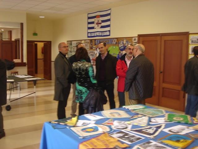 Socios y simpatizantes platicando en la sede de la Asociación