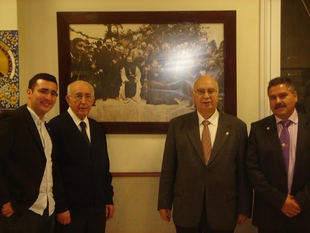 Gudiña, Félix, Fernando y Luciano ante el cuadro a Don Bosco