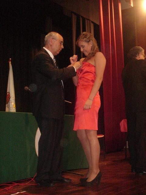 Una alumna recibe su merecida condecoración
