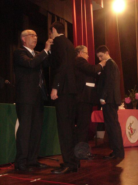 El director del Colegio en plena imposición de una insignia, junto al Presidente del AMPA