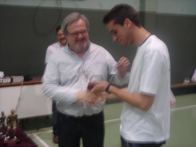 Diego recibe el trofeo de subcampeón del Bosco Cadete de manos del Concejal Roberto Coira