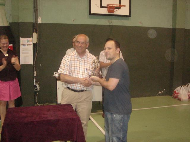 Joaquín Nieto en la entrega el trofeo de Campeon a Carlos Temprano, socio de AA.AA y capitán de Canis CV
