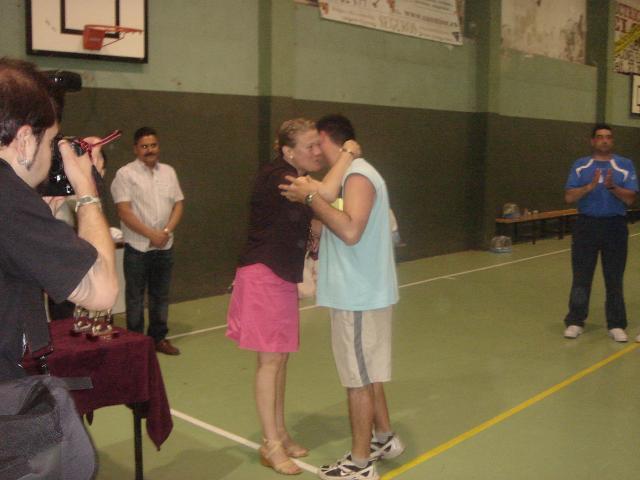 Ángel recibe de la concejala Isabel García Vila el Trofeo al tercer clasificado senior para el Bosco